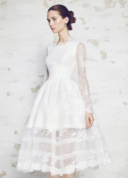 Свадебное платье с кружевными руками короткое