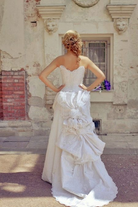 Свадебное платье со шлейфом-тюрнюр