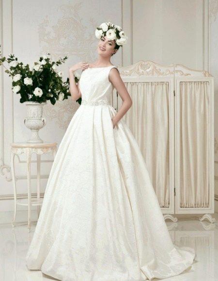 Свадебное пышное платье из крепдешина со шлейфом