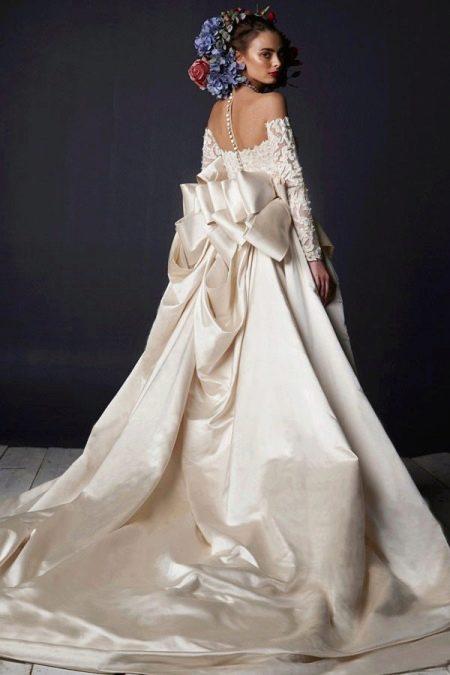 Свадебное пышное платье со шлейфом и кружевным верхом
