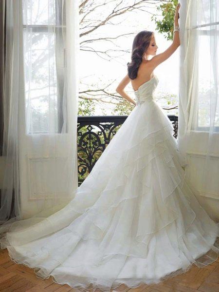 Свадебный пышный наряд со шлейфом многослойный