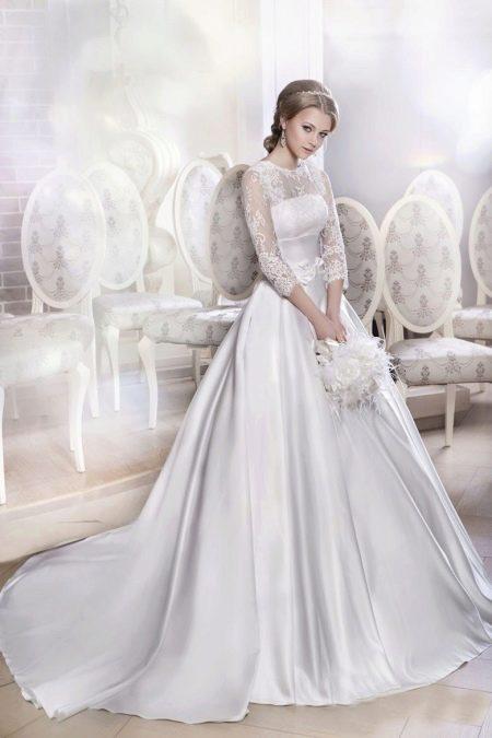 Пышный наряд со шлейфом свадебный