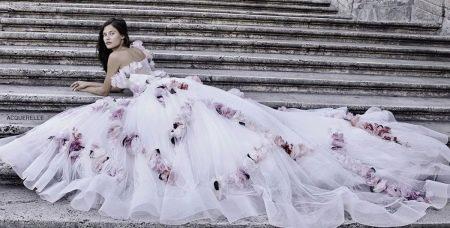 Свадебное платье со шлейфом и цветами