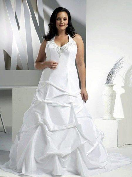 Свадебное платье для пышных с декорированным лифом и юбкой