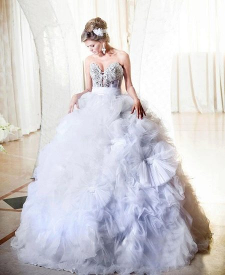 Свадебное платье с пышной юбкой и цветами