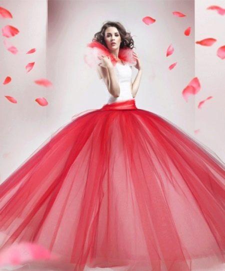 Красное свадебное пышное платье с белым корсетом