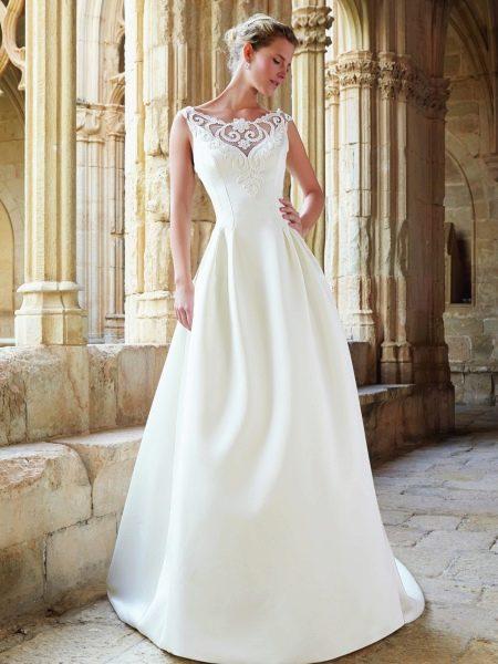 Свадебное платье от Raimon Bundo с кружевной вставкой