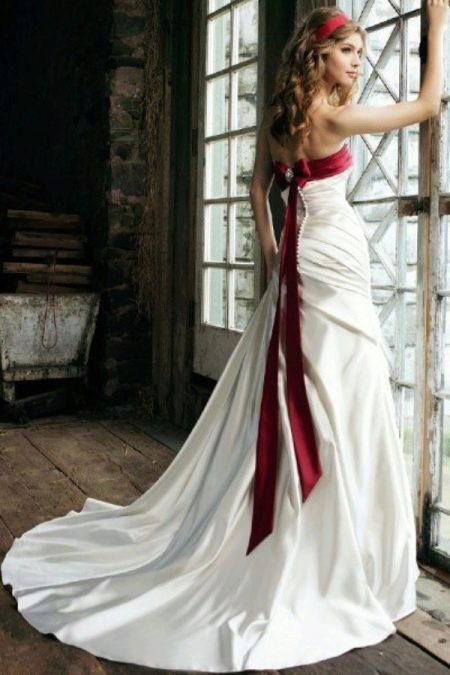 Свадебное платье с красной лентой на лифе
