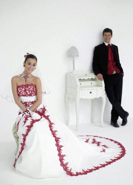 Свадебное платье в сочетании с нарядом жениха