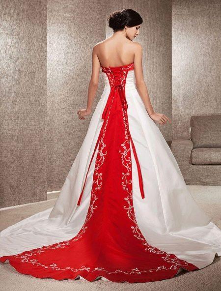 Свадебное платье с красным элементом на спине