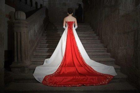 свадебное платье с красным элементом сзади