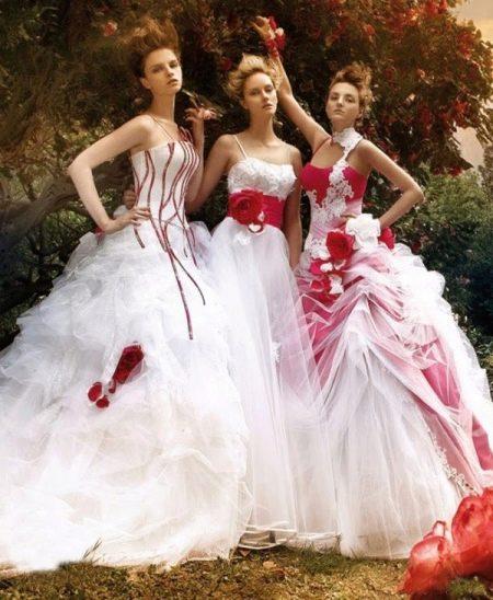 Варианты красной вставки в свадебном платье