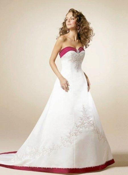 Свадебное платье с красной окантовкой