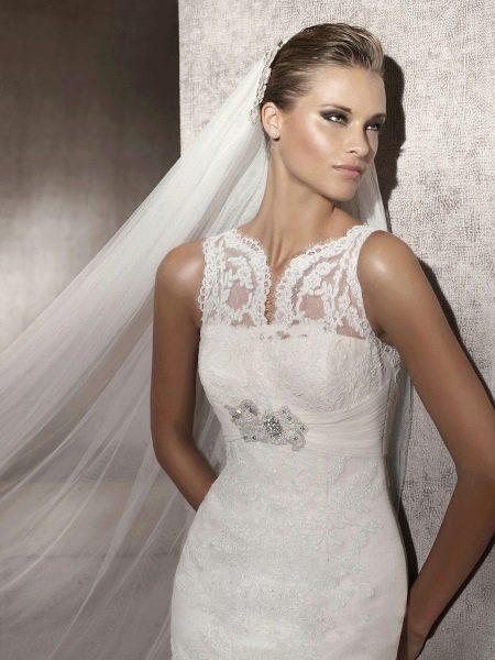 Свадебное платье с иллюзией декольте без рукавов