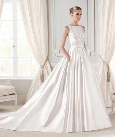 Свадебное пышное платье с закрытым декольте
