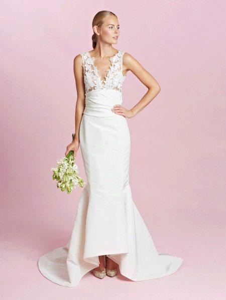 Свадебное платье с широкими бретелями и глубоким вырезом