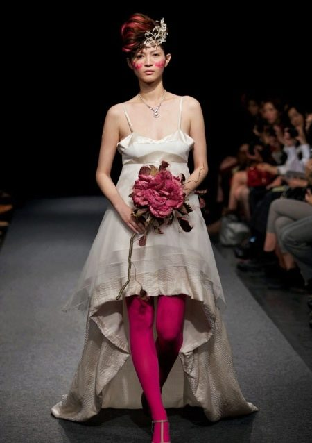 Свадебное страшное платье с красными колготами