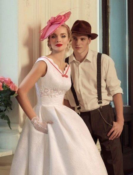 Свадебное платье в стиле ретро в сочетании с костюмом жениха
