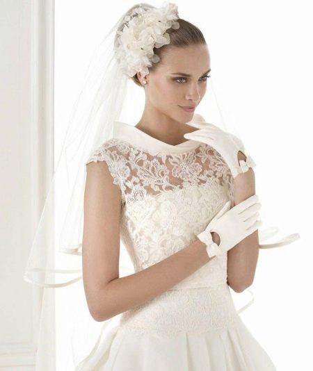 Закрытое свадебное платье с коротким рукавом
