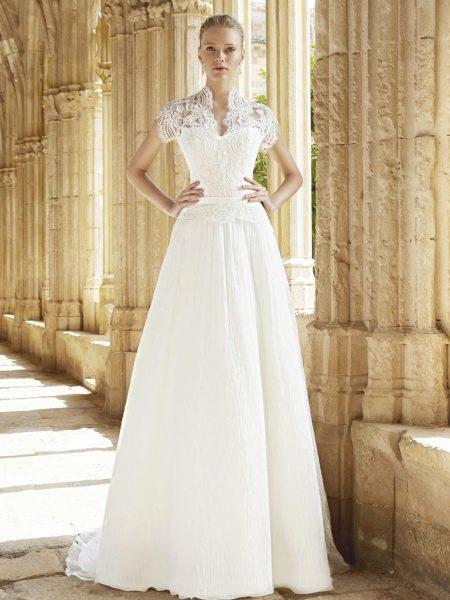 Свадебное платье с коротким кружевным рукавом