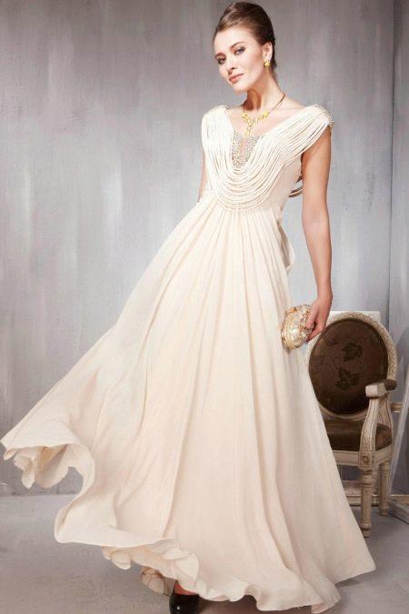 Бежевое вечернее платье