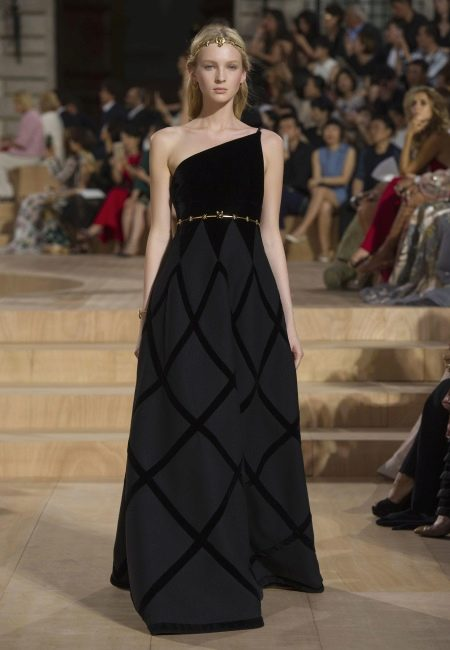Вечернее платье от Valentino на бретелях