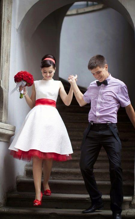 Свадебное платье с красным поясом и подъюбником