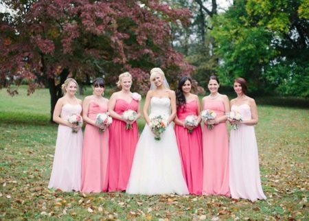 Подружки невесты в платьях розовых оттенков