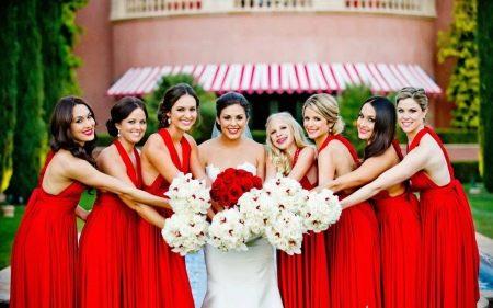 Невеста с подружками в красных платьях