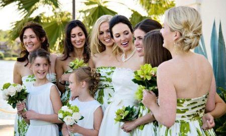 Белые платья для подружек невесты с принтом