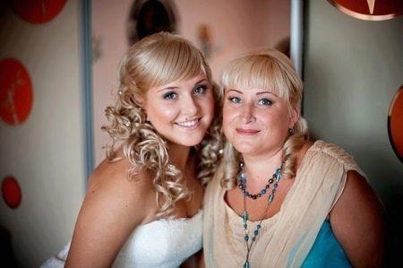 Одинаковая прическа мамы и невесты