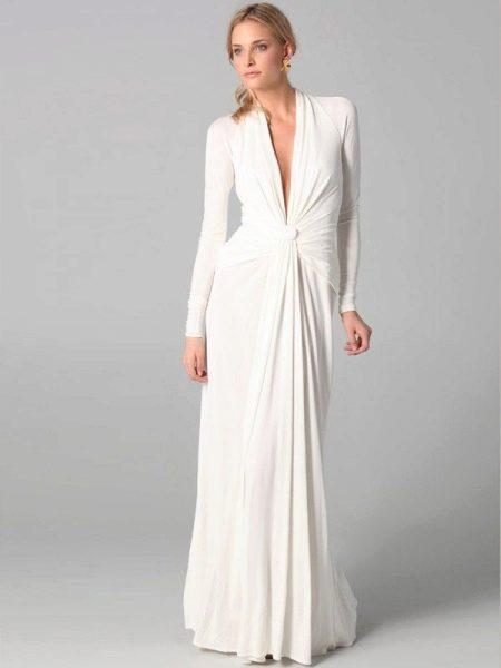 Вечернее платье в пол с рукавами и  глубоким вырезом
