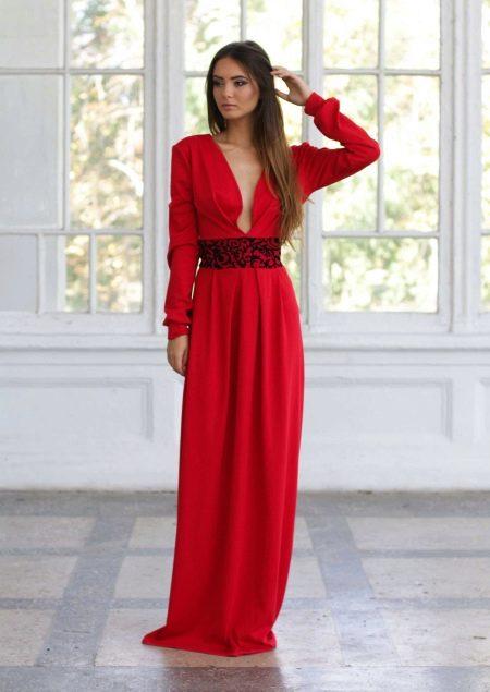 Красное вечернее платье с рукавами и глубоким вырезом