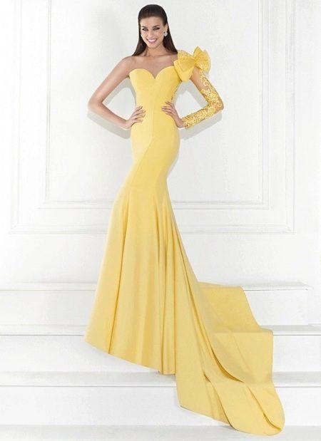 Вечернее платье с одним рукавом от Тарик Эдиз