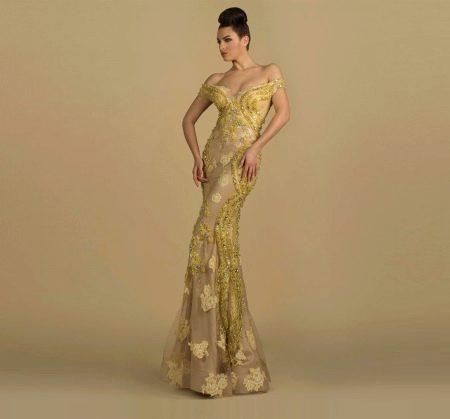 Желтый узор на бежевой основе вечернего платья