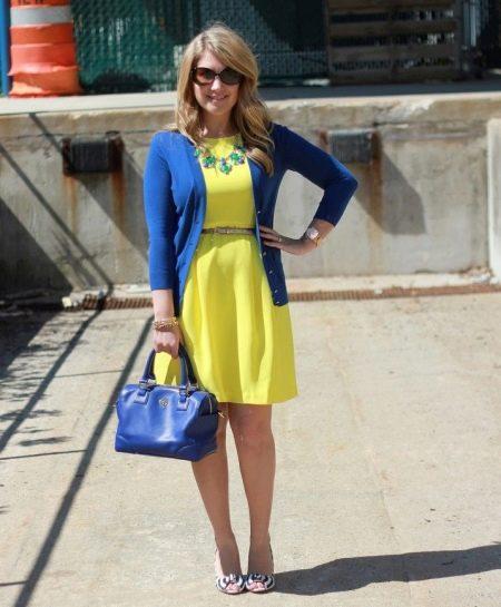 Желтое платье с синими аксессуарами