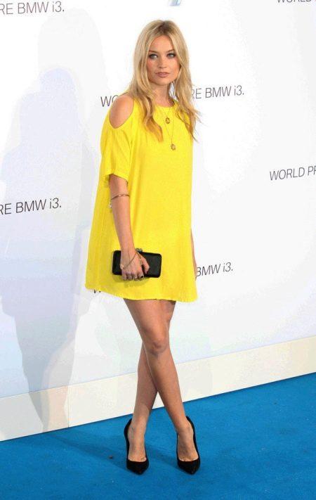 Желтое вечернее платье с аксессуарами