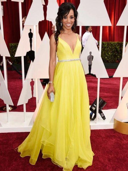 Желтое вечернее платье с клатчем