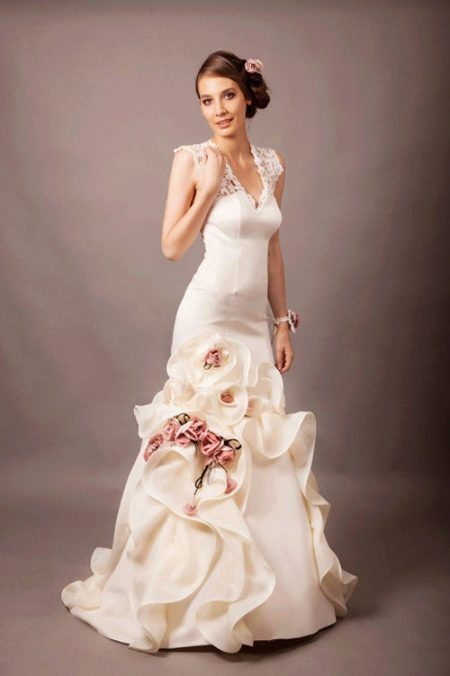 Свадебное атласное платье с цветами