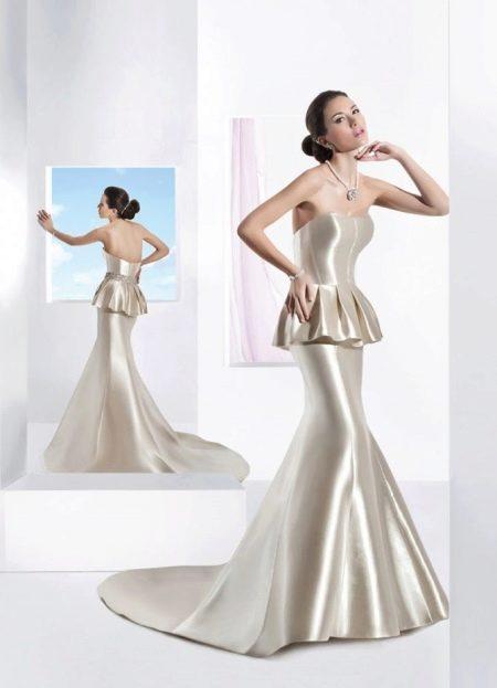 Атласное прямое свадебное платье с баской