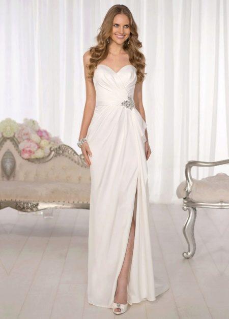 Прямое свадебное платье из атласа с разрезом