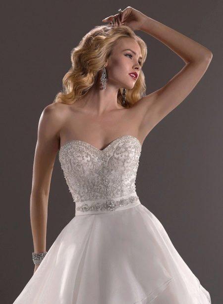 Свадебное платье из атласа декорированное стразами