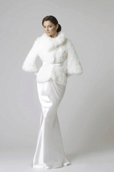 Атласное свадебное платье с меховой накидкой