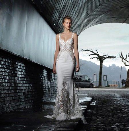 Короткое свадебное платье из атласа и кружева