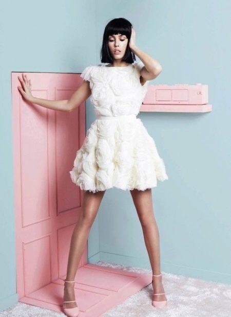 Короткое белое вечернее платье с пышной юбкой
