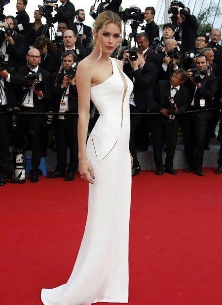 Вечернее белое платье с вырезом на лифе