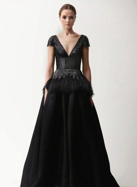 Вечернее черное платье с глубоким декольте