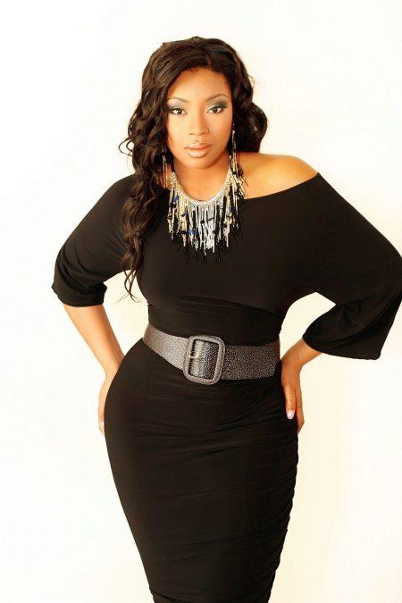 Черное платье с поясом для полных