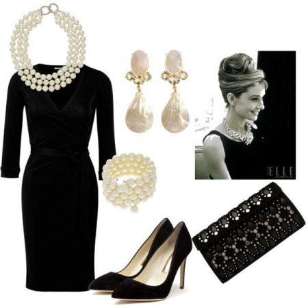 Жемчуг на черном платье