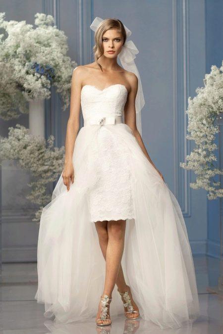 Короткое свадебное платье с накладным шлейфом